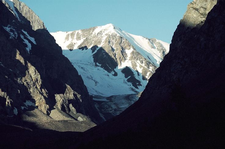Гора Актру с близкого расстояния в солнечную погоду