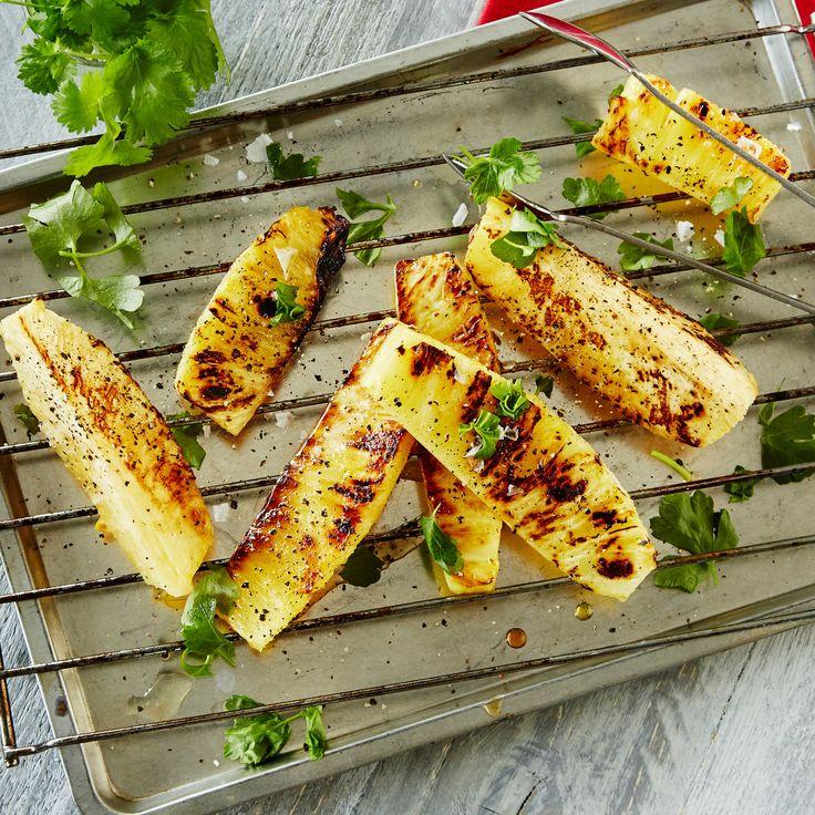 Grillattu ananas | K-ruoka Grillattu ananas sopii broilerin tai lihan lisäkkeeksi tai jälkiruoaksi jäätelön kanssa. #grillaus