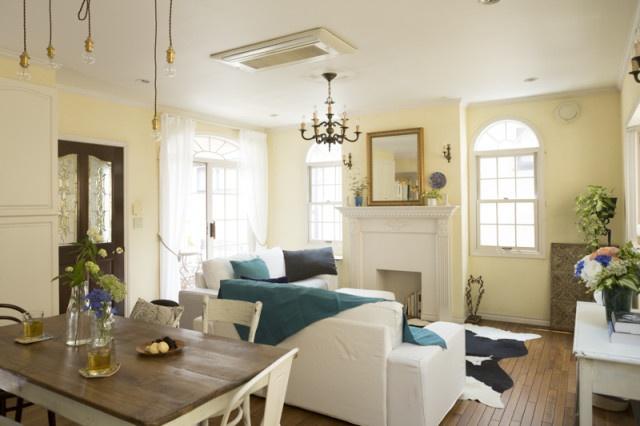 ブルーの差し色が爽やかな夏のインテリア。エレガントな空間に、シャビーなテーブルやラフな照明など、テイストの違うものを少しずつミックス。