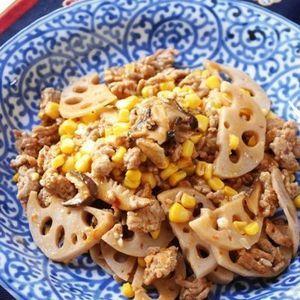 レンコンとひき肉のうま煮炒め by エリオットゆかりさん   レシピブログ - 料理ブログのレシピ満載!     レンコンに今年はハマってます!!  きっと食べ続けるのだとうと想像中^^  レンコンのしゃきしゃきと甘くておいしいコーン、そしてコクのある豚ひき肉と、旨みの干しシイタケ!  これをぴりりと豆板...
