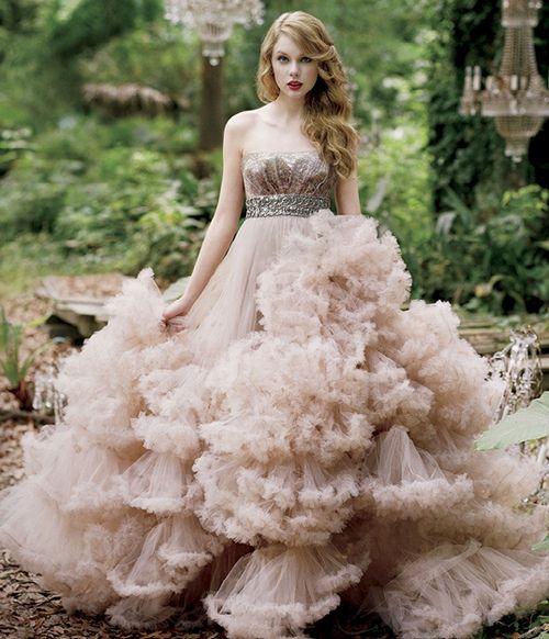 Taylor Swift Wonderstruck Dress, It's like she's standing on a cloud!<3