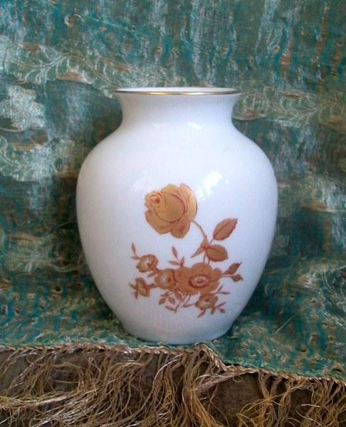 Alte Vase mit Gold Blumen Graf von Henneberg Porzellan Ilmenau nummeriert     Die Vase ist sehr gut erhalten.  Höhe ca. 12 cm  Die Fotos sind Bestandt
