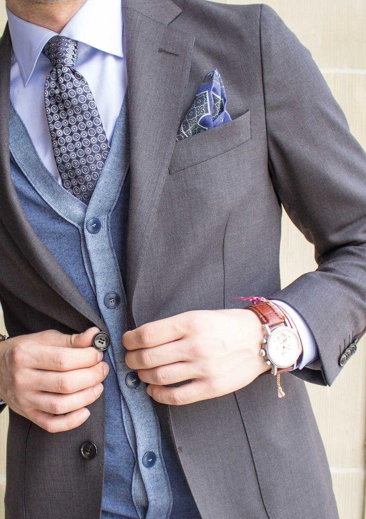 Die ersten Anzug Modelle sind eingetroffen und verraten uns so einiges über die neuen Herbst Trends. Was gibt es neues an Schnitten und Materialien? Mit welchem Schuh liegen Sie absolut richtig? Und wie setzt man die richtigen Fashion Statements? Nicht zu vergessen sind Accessoires und natürlich das Geheimnis des richtigen Layerings. Aber schauen Sie einfach selbst... #soerenfashion #gentlemen #layering #mensfashion