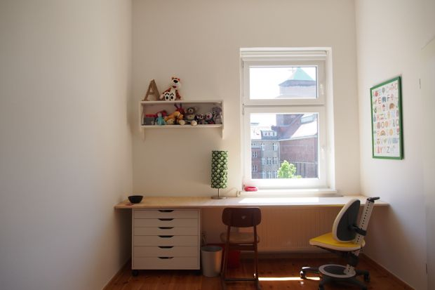 """…habe ich gestern einen Schreibtisch für die kleine Annabelle gebaut. Dann passen auch mal zwei oder drei an den Tisch mit der sonnigen Aussicht auf eine Kirche. Aus einer einfachen Tischlerplatte auf Maß gesägt. Mit drei laaaaaaaangen Stahlwinkel an die Wand geschraubt, damit kein Tischbein stört und einem Ausschnitt für... <a href=""""http://www.catherinehug.de/von-einer-wand-zur-anderen/"""">Read More →</a>"""