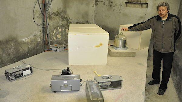 Seismometry v polomském bunkru. V popředí sovětské Vegiky