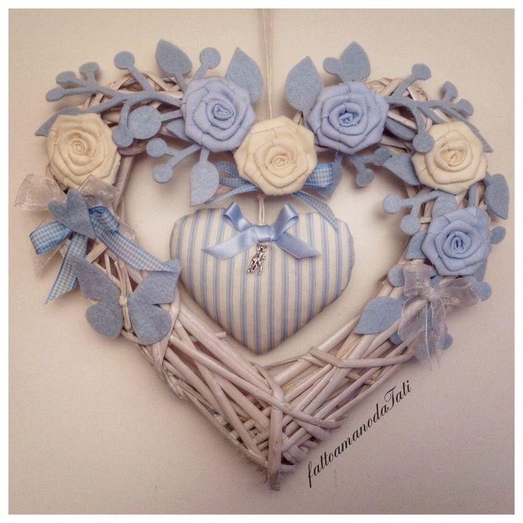 Cuore/fiocco nascita in vimini con rose azzurre e bianche e cuore a righe, by fattoamanodaTati, su misshobby.com