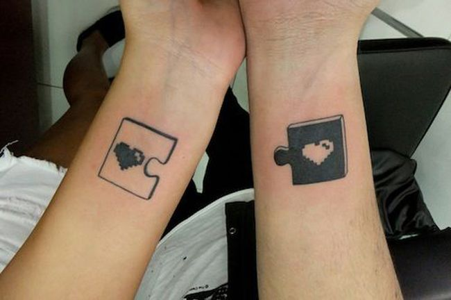 Idée de tatouage complémentaire de deux pièces de puzzle sur le poigent https://tattoo.egrafla.fr/2016/02/22/modele-tatouage-couple-identique/