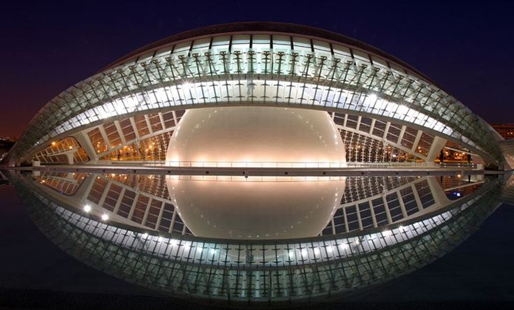 """Die """"Ciudad de las Artey y de las Ciencis, ist das 2006 fertig gestellte Science Center & Wahrzeichen in Valencia. Es wurde von dem Archtikten, Santiago Calatrava entworfen und liegt am trockenen Fußbett des Río Turia. Dieses Areal beinhaltet eine Oper, ein 3D-Imax Kino, Planetarium sowie einen Laserraum. Zusätzlich befinden sich dort das Wissenschaftsmuseum sowie das größte Aquarium Europas."""