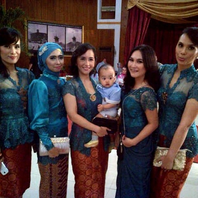kebaya - colours to wear with brown kain: yellow, turquoise/teal, beige or blush, pale green or forest green, perhaps orange or red... I like white, too, with a green selendang. My favourite is probably forest green. Yellow seems to be most common but hard to wear with my skin tone...
