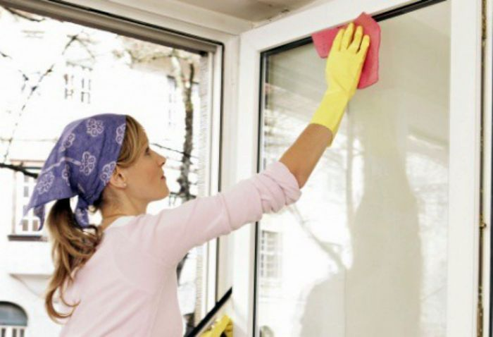 Сверкающие окна. Мытье окон - занятие непростое и малоприятное. Легко справится со сложными загрязнениями, и избежать разводов поможет вода с крахмалом. В одном литре воды разведите столовую ложку крахмала и протрите полученной эмульсией поверхность окна. Смойте грязь и крахмал влажной тряпочкой и вытрите насухо.