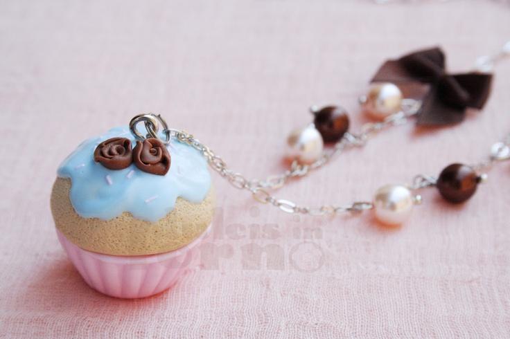 Collana con cupcake turchese_30,00€_ Catena in metallo rodiato. Fiocco marrone e perline (facoltativi) L'intero catalogo su www.dulcisinforno.blogspot.com.  Contatti: info@dulcisinforno.com
