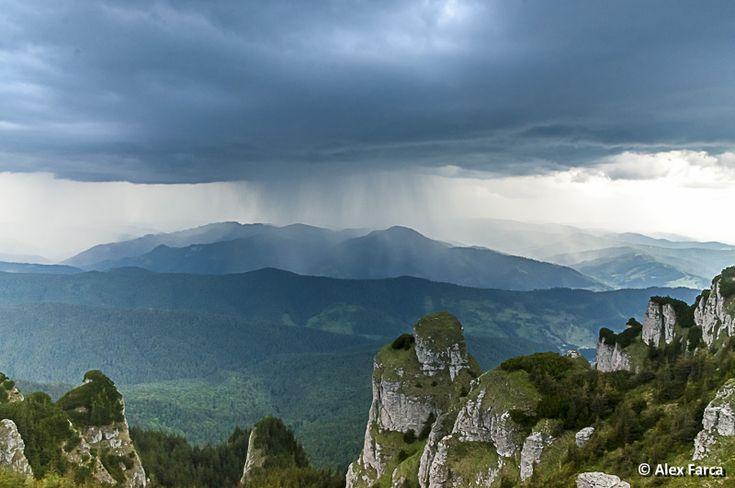 Ceahlau, pregatindu-se de ploaie Raining in Ceahlau