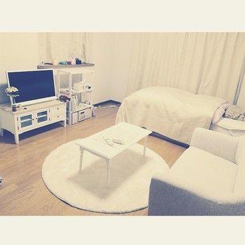 家具、ベッド、テレビ、全て白! ニュートラルを極めてます。