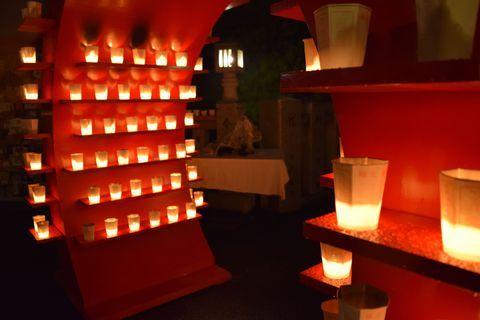夏の終わりの夜、高崎白衣大観音の周辺では1万本のろうそくが灯る「万灯会」が行われます。ゆらめく灯に願い事や平和を願う気持ちを込めて、お祈りに訪れてみませんか。会場は、高崎観音山東腹の清水寺から、観音様が鎮座する慈眼院周辺の一帯。たくさんのろうそくに包まれてその風情を楽しめるほか、ステージイベントや出店も行われています。