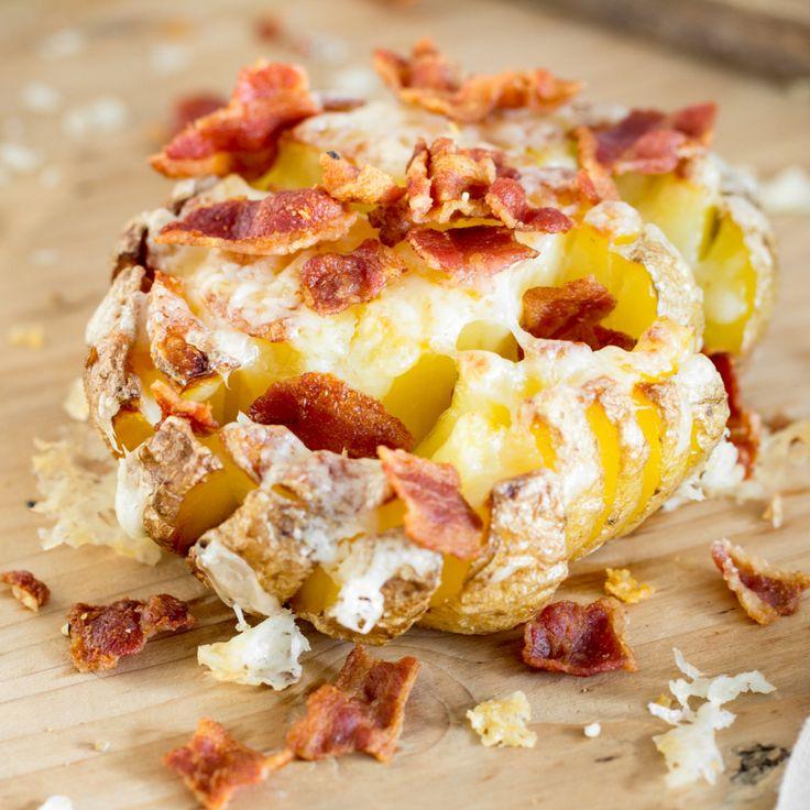 So würzig hast du deine Kartoffel noch nie gesehen! Schmelzender Cheddar und salziger Speck bringen viel Geschmack an die dampfende Knolle aus dem Ofen.