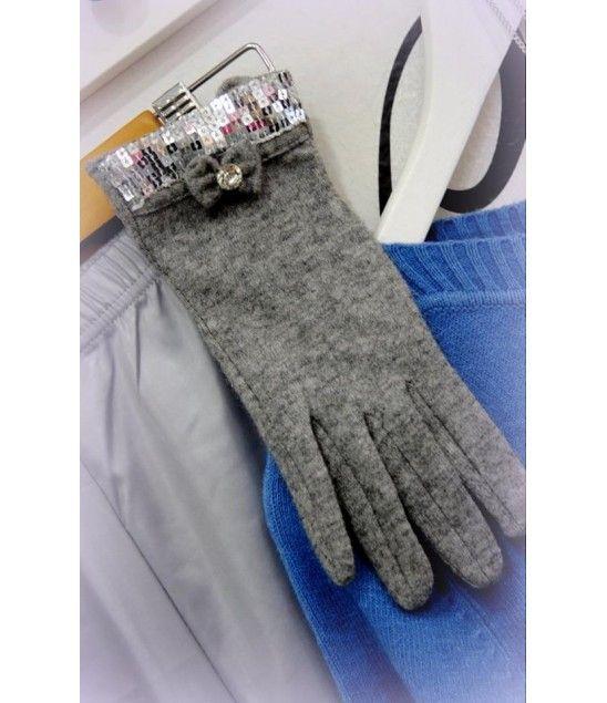Χειροποίητα γάντια στολισμένα με παγέτα,φιογκάκι και κρύσταλλο.