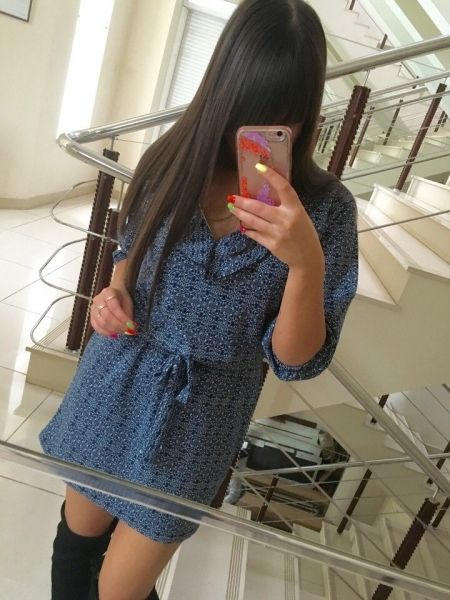 Платье стильное свободное с рюшами под пояс короткое с пестрым рисунком синее