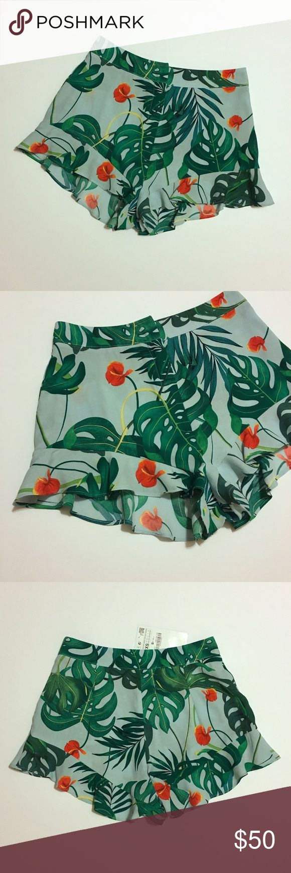 Zara Printed Tropical Ruffled Hem Frill Shorts Bloggers favorite! This ruffled hem / frilled shorts is definitely perfect for summer!   ‼️Selling for less on M E R C A R I app Zara Shorts