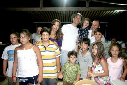 """Mika was received by his cousins ​​in Tyre: Elissa, Claudia, Yasmine and Nadia Farah, Diala and Cyril Jazra Karim Farhat, François, Alexandre and Edouard Nour"""