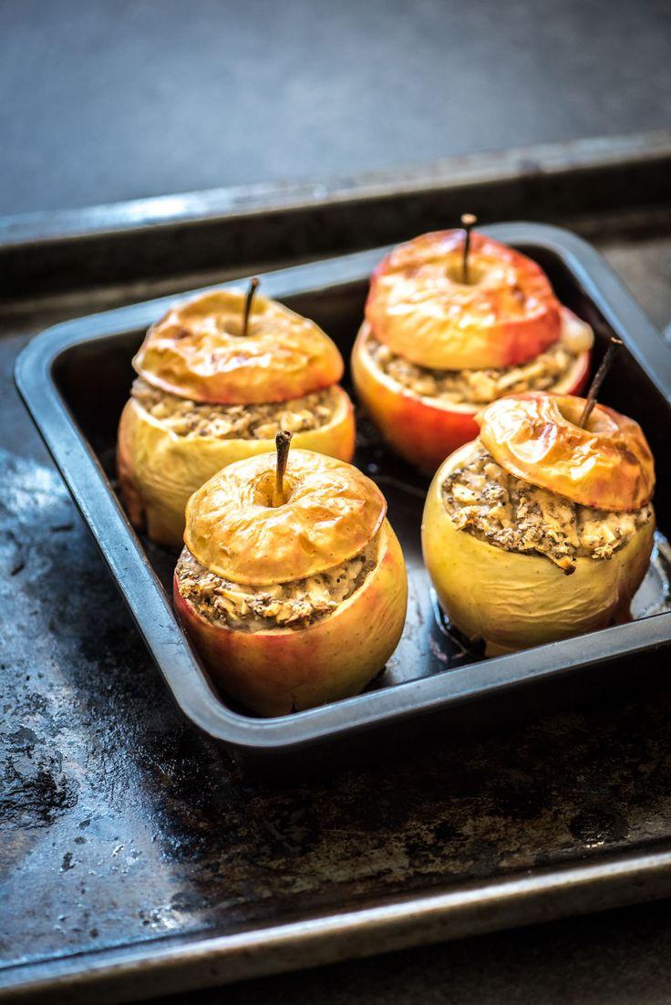 warme gevulde appels uit de oven-voedzaam en snel - kun je maken als ontbijt of serveren als dessert. Warme appels gevuld met kaneel, havermout en chiazaad.