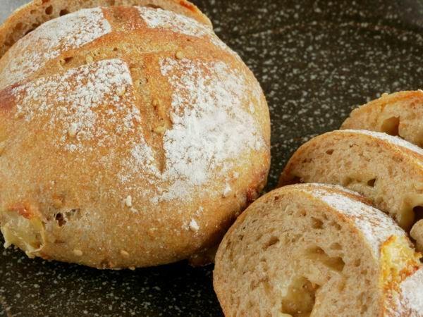Mostanában egyre többen készítünk otthon kenyeret. Egyrészt jó játék, másrészt kedvünk szerint ízesíthetjük, variálhatjuk, de az sem utolsó szempont, hogy tudjuk, mi van benne.