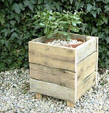 Aux oubliettes les cache-pots en plastique dans le jardin, les palettes bois proposent une alternative déco économique et en vogue pour aménager son extérieur ! Formant ici un carré, le bois de palette a également la capacité de s'adapter à tous vos besoins en matière de forme et de dimensions.