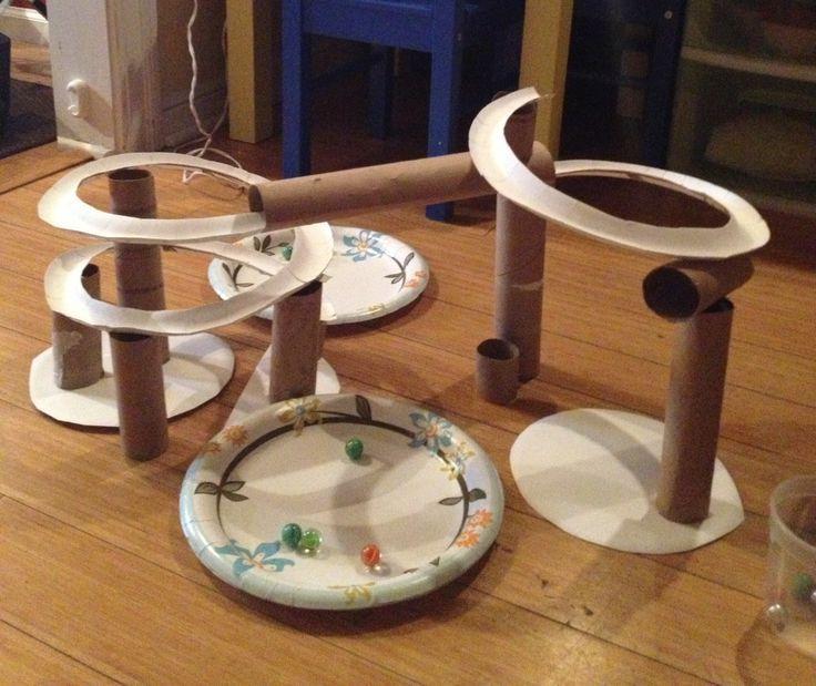 Marmorbahn aus Toilettenpapierrollen und Papptelle…