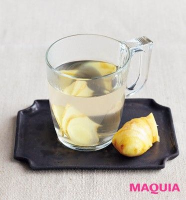 体の冷えの改善に効果的なのが、生姜を加えた白湯。生姜のスライスを水に数枚入れて、通常の白湯を作る要領で15分沸かす。食事をしながら飲んで。ただし、胃腸の病気のある人はNG。