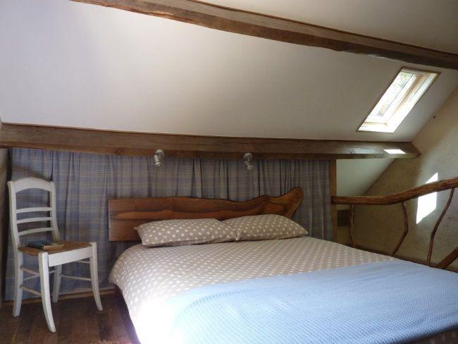 dormitor rustic la mansarda casa mica de vacanta pe malul lacului Dordogne Franta