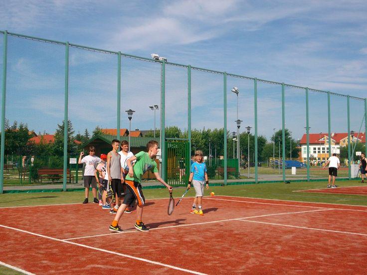 Program tenisowy przewiduje 20 godzin zajęć tenisowych na różnych poziomach zaawansowania.  #sport #tenis #obózsportowy #obóztenisowy