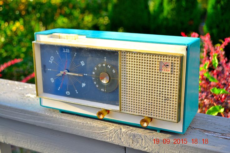 TURQUOISE Mid Century Vintage Retro Westinghouse Model H718T5 AM Tube Radio Alarm Clock Works!