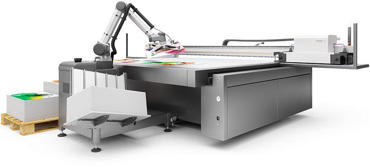 Rob, il robot di swissQprint per il carico e lo scarico automatico dei pannelli dal piano di stampa.