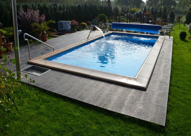 "Jednoduchá dlažba ROTO pro pokládku rovných ploch pro lehkou zátěž. Povrch dlažby imituje ""trhaný beton""."