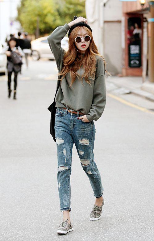 Este un suéter gris para el tiempo libre. El suéter queda flojo porque es de moda. A mí me encanta la ropa floja porque es más comfortable que la ropa apretada.