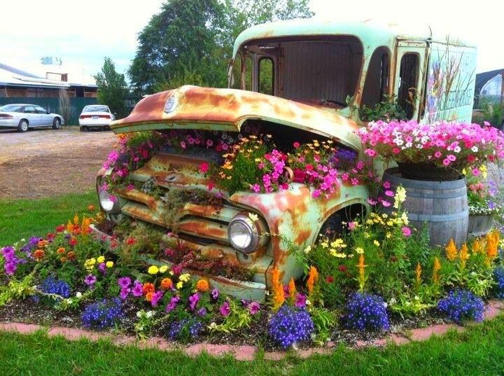 Oude truck als plantenbak