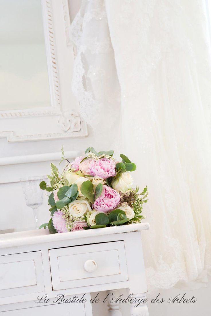 Des fleurs pour un mariage en Provence #mariage #provence #fleurs #déoration #blanc #roses