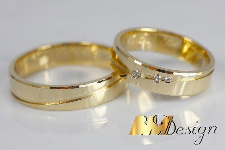 Obrączi ślubne z efektownym nacięciem i diamentami . Nowoczesne połączenie Carbonu i czerwonego złota, dla Pani czerwone złoto i diamenty. BM Design Black & White #obraczkislubne #obrączki #Rzeszów #diamenty #Carbon #pierśconki #złotnik #Jubiler #naprawa #nazamówienie