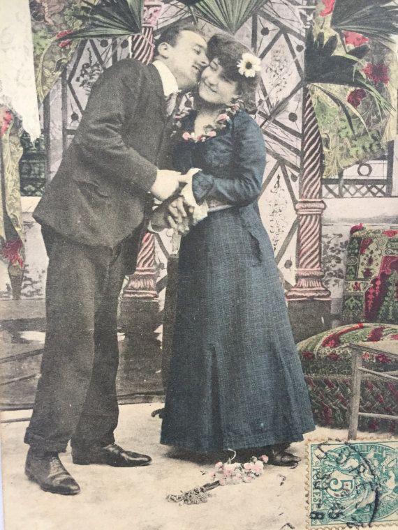 Romantische foto * paar liefdevol omarmen in woonkamer * antieke foto op briefkaart verzonden 1907