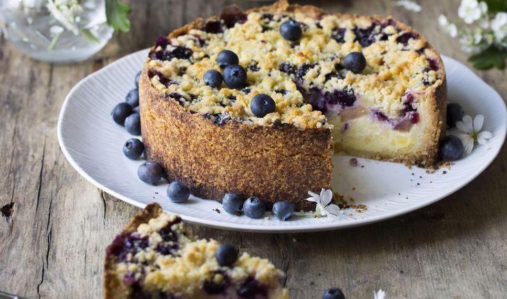 Bakt ostekake med epler og blåbær