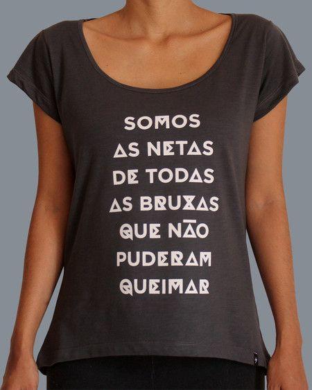 """Camiseta com a frase """"Somos as Netas de todas as Bruxas que não puderam queimar…"""