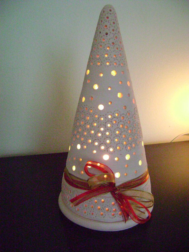 Árvore de Natal em cerâmica.  Delicada e decorativa.  Altura de 28cm. Feita em argila branca não esmaltada.  Vem com a fiação e soquete podendo ser usada com lâmpada de até 40wtz. Serve para voltagem 110 como 220.