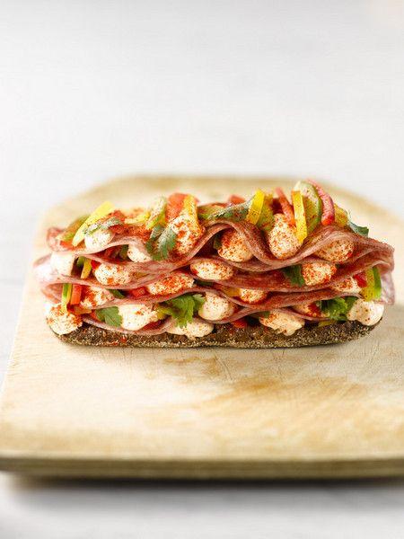Kyllä leipä miehen tiellä pitää, ainakin tälläinen herkkuleipä! #cremebonjoursuomi #chili #tuorejuusto #cremebonjourchili #leipä #välipala www.cremebonjour.fi