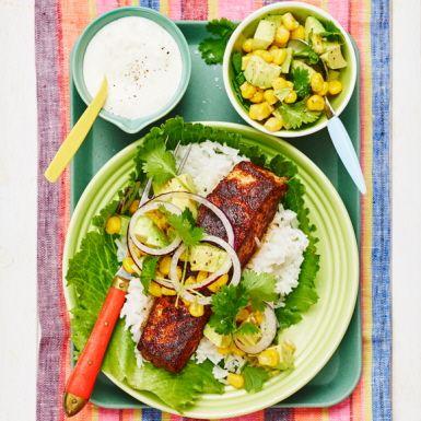 En smakrik och lättlagad rätt som flirtar med det mexikanska köket. Paprikapulvret ger laxen en god arom och den balanseras upp av den fräscha salsan gjord på avokado och koriander bland annat.