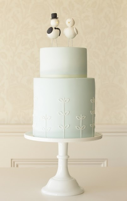 Love the light blue on this simple cake and the elegant but quirky detail.