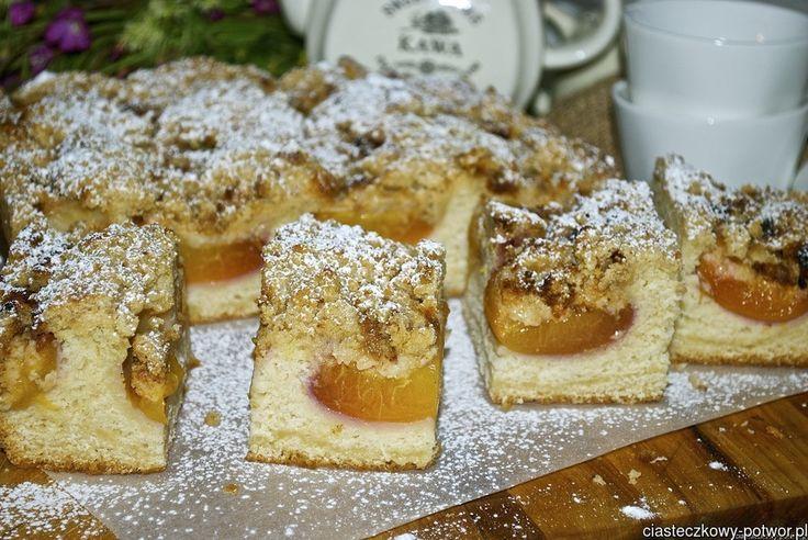 Drożdżowe ciasto z brzoskwiniami i żytnią kruszonką