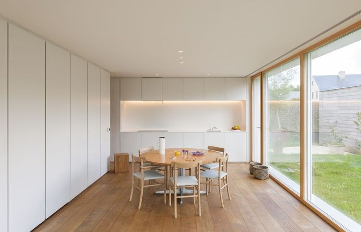 Dit passiefhuis kenmerkt zich door een flexibele indeling rond een vaste kern. Het open grondplan laat ruimte voor leegte. De materiaalkeuze injecteert warmte in het geheel. Een opmerkelijke woning waar comfort, architectuur en energiebewustzijn elkaar vinden.