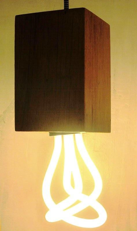 Pendente em madeira com fio italiano, por R$ 259.