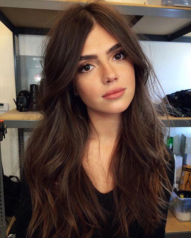 Paula es muy guapa. El pelo largo y marrón. El ojos de negro.