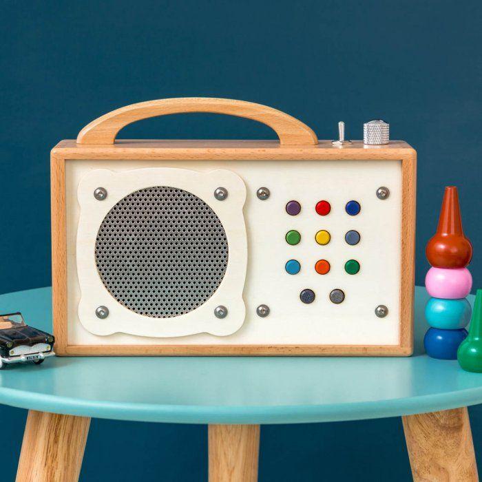 Radio portative mp3 en bois pour enfant  Cette radio portative en bois très mignonne fera le bonheur de votre enfant et deviendra le jouet préféré des mélomanes en herbe !  D'une utilisation simplifiée avec ses boutons robustes et colorés, vous pourrez enregistrer plusieurs playlists de chansons, histoires audio... http://www.lepetitflorilege.com/catalogue/nouveautes/radio-portative-mp3-en-bois.html
