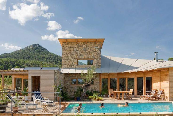 maison en bois et pierre avec piscine architecture. Black Bedroom Furniture Sets. Home Design Ideas